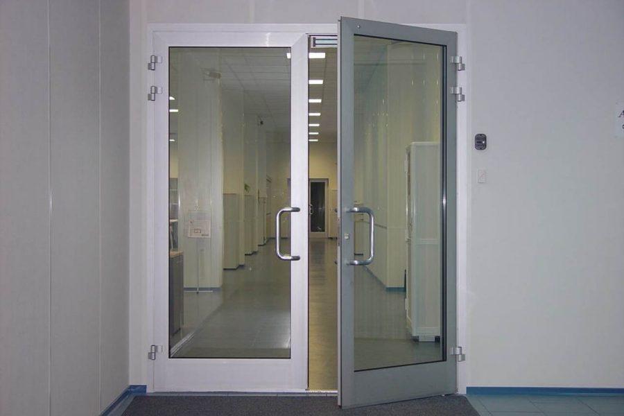 Двери в общественном заведении