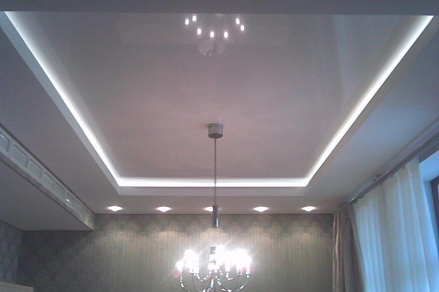 Натяжной потолок в жилой комнате